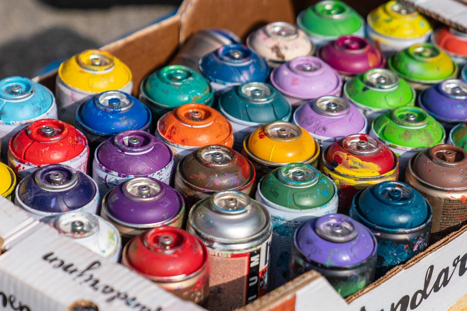 Doos met spuitbussen in veel levendige kleuren