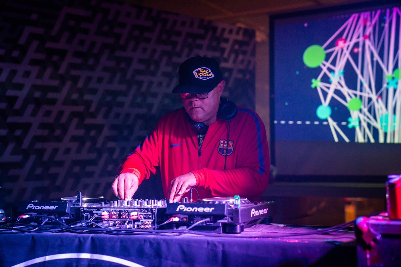 DJ Ray La Soul draait muziek in The Loods